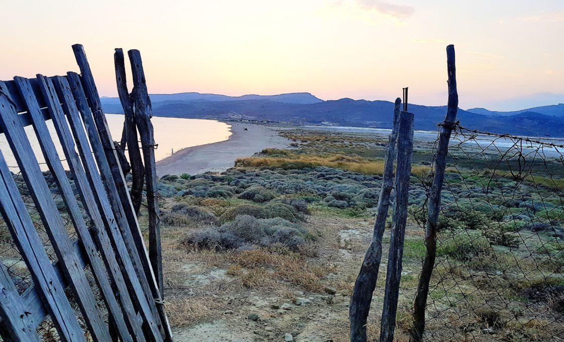 Kefalos, bir taraf deniz bir taraf Tuz gölü