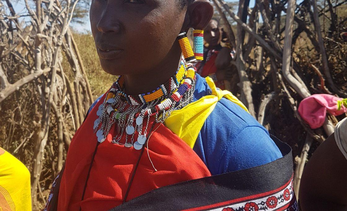 Masaili kadın, kulaklara dikkat