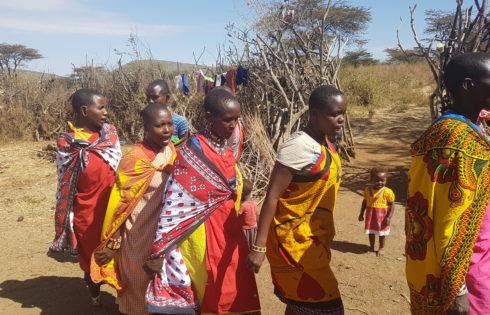 Masai Mara yerlileri kadınlar şarkı söyleyip dans ediyor