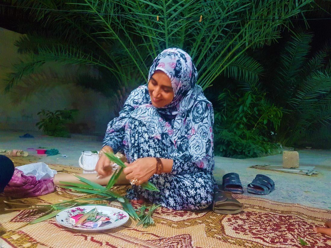 Keşm Adası, Naim'in ablası palmiyeden fırça hazırlıyor