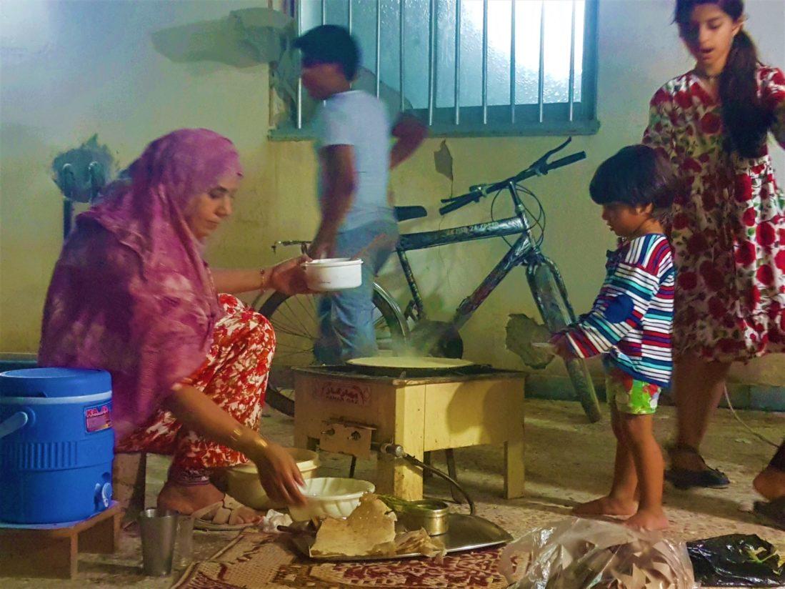 Keşm Adası, Naim'in ablası Tomoşi ekmeği pişiriyor