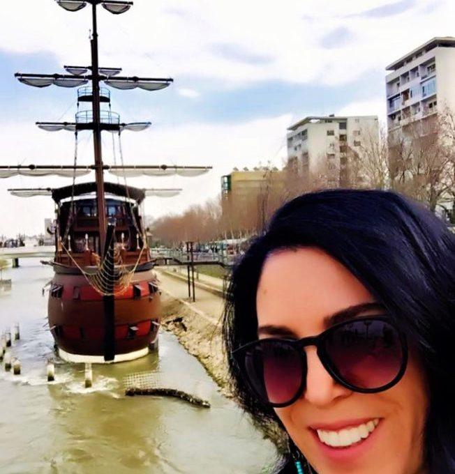 Vardar Nehri'nin üstünde ki gemi restoranlar