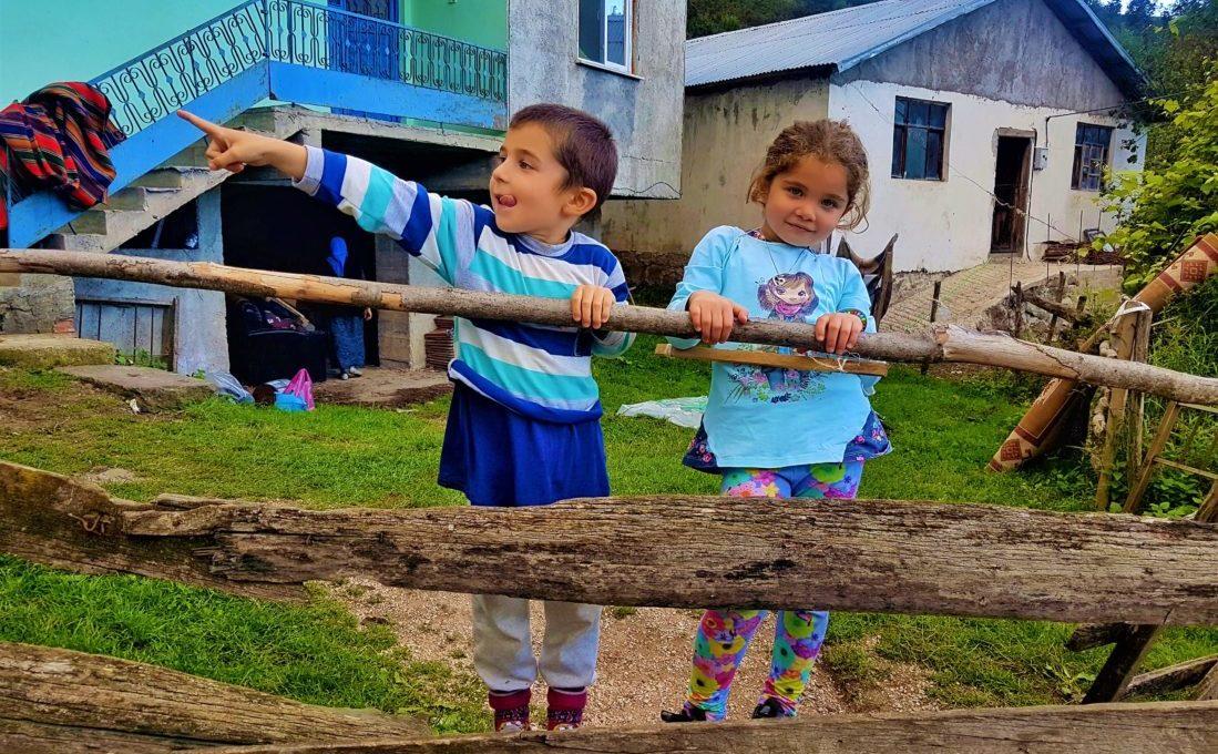 Uzundere Şelalesi'ni gösteren çocuklar